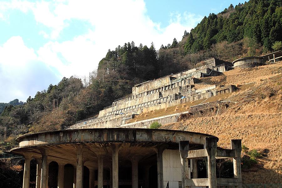 投稿者:前畑洋平さん<br>コメント:選鉱場建屋は解体されているが、基礎のみとなった姿は遺跡のよう。