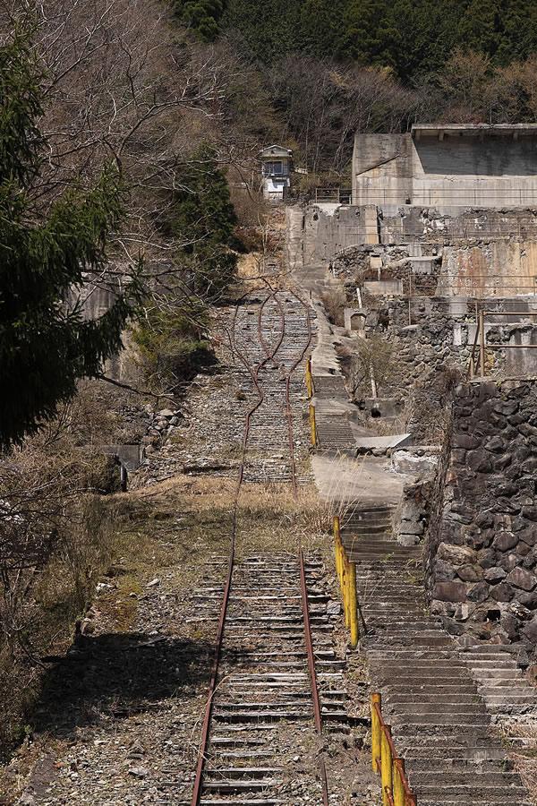 投稿者:前畑温子さん<br>コメント:選鉱場の横のインクラインには枕木やレールが残されている。