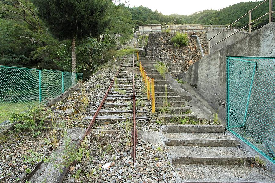 投稿者:前畑洋平さん<br>コメント:レールも枕木も残るインクライン(傾斜軌道)。頂上部には木造の操作室が見える。