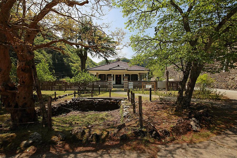 投稿者:前畑温子さん<br>コメント:おしゃれな洋館「ムーセ旧居」。ムーセ旧居前には樹齢約200年の百日紅の木がある。